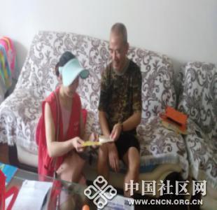 澜湖社区:发放市民文明手册 提高居民文明意