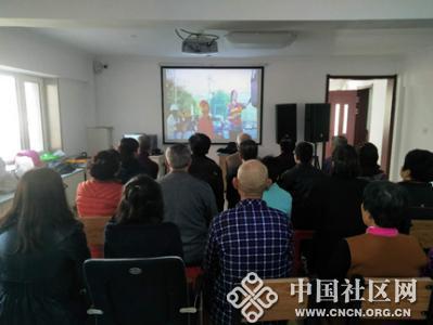 平安社区组织党员收看宣传片《十九大代表风