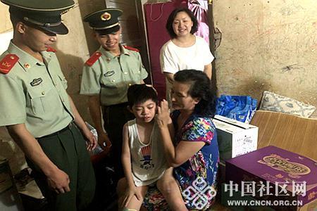 汉阳区武警中队慰问困难家庭