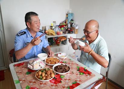 """""""中国好人""""沈胜文:与空巢老人的团圆宴"""