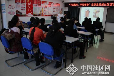 """广西社区开展""""发扬雷锋精神 志愿义务清雪"""""""